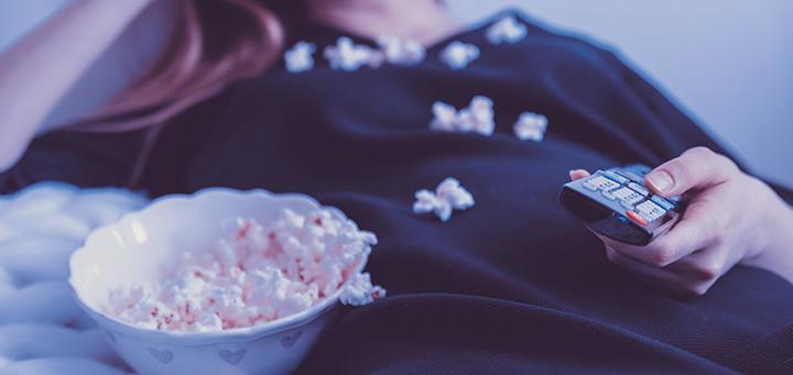 Film, divano e pigiamino - Feel Good Movies - cover con foto ragazza con telecomando e pop corn