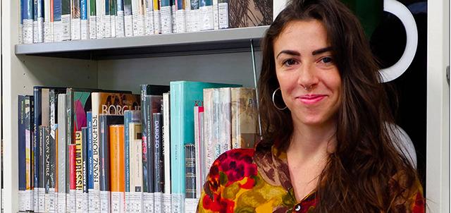 Manuela, aiuto bibliotecario