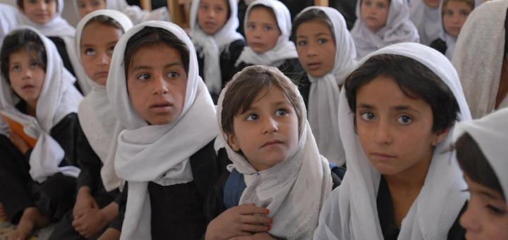 """Immagine bambine afghane per articolo """"Donne e Afghanistan: libri e film per capirne di più"""""""