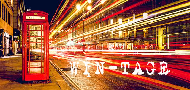"""Foto Londra di notte con cabina telefonica e luci traffico notturno con scritta """"Win-tage"""""""